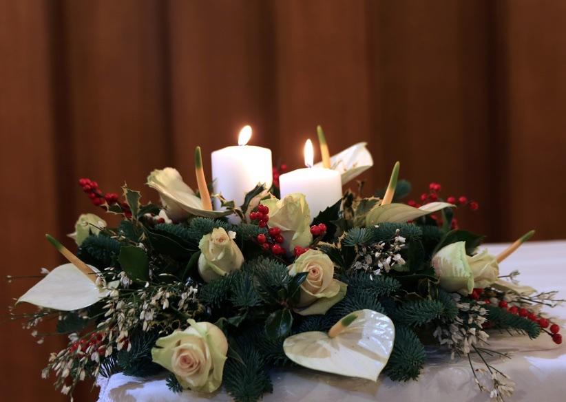 Consegna centrotavola natalizio con rose bianche - Decorazioni con candele ...